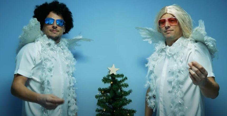 «Κορόνα» στο καμπαναριό και άλλα covid-19 χριστουγεννιάτικα άσματα από τους Apicos (vid)